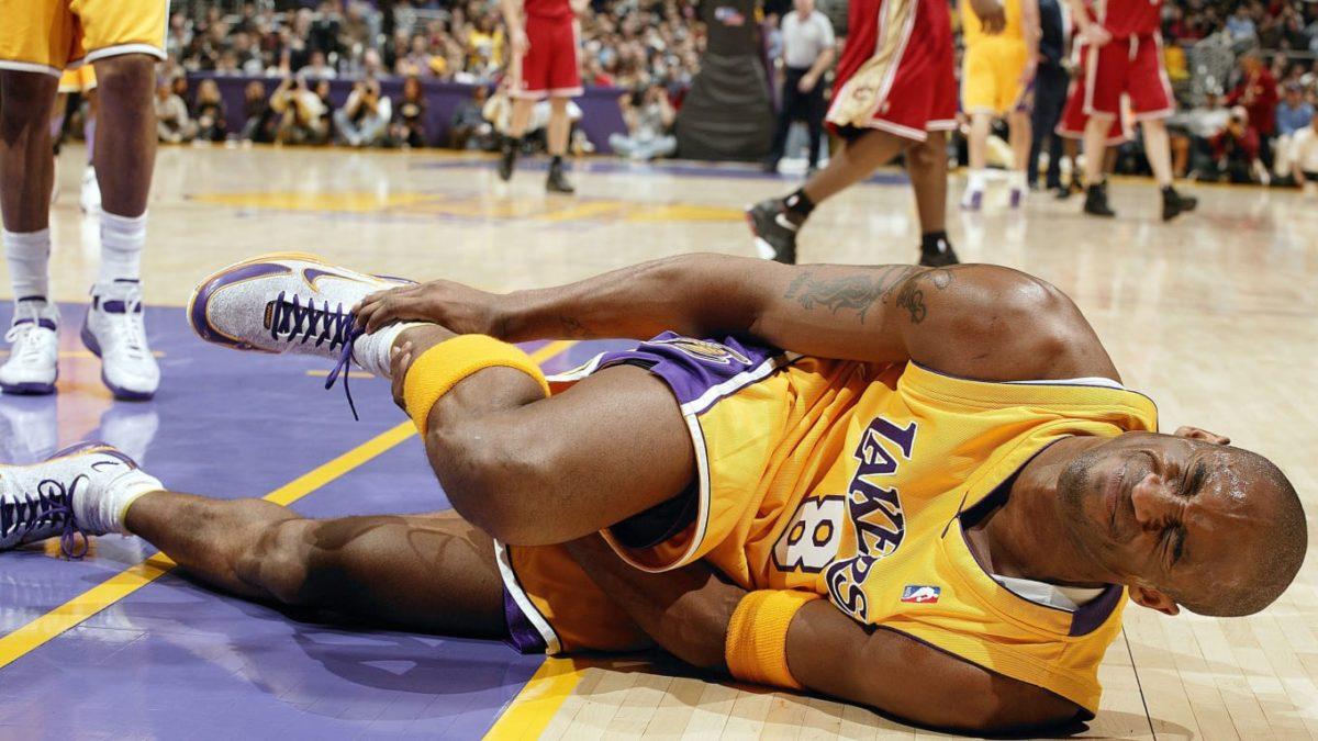 Kobe Bryant tears his achilles (photo courtesy: John W. McDonough/Getty)