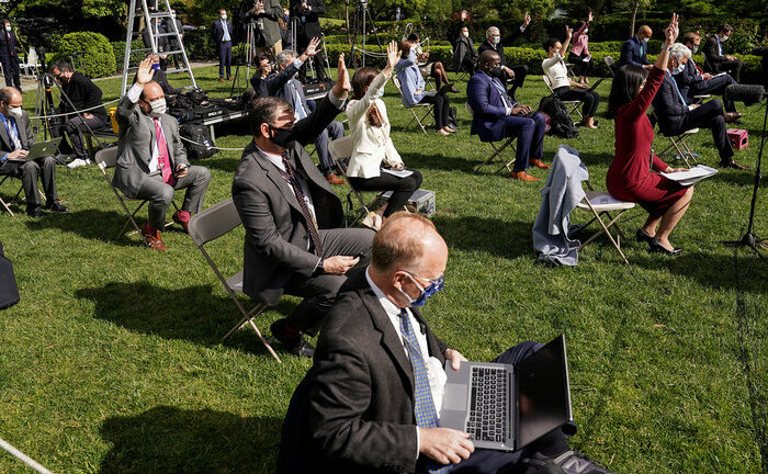 Reporters in Masks (Reporters in the Rose Garden at the White House in Washington, Us, May 11, 2020. © REUTERS/Kevin Lamarque, https://www.rt.com/usa/488842-cnn-no-mask-trump-collins/)